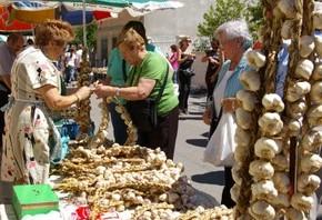 La venta de ajo característica ameniza las fiestas