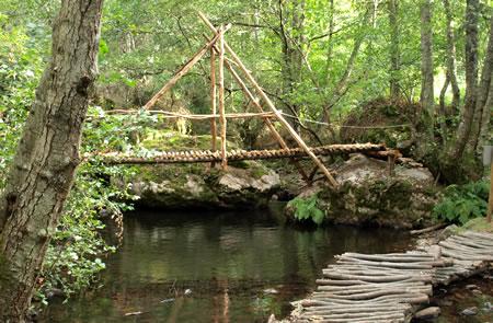Puente de madera sobre el rio Argutorio