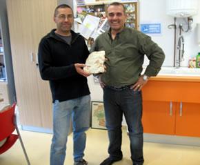 José Vicente Casado haciendo donación del fósil