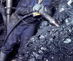 Picando carbón en el interior de la mina