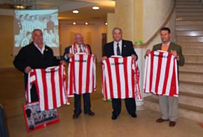 Los cuatro homenajeados con sus respectivas camisetas