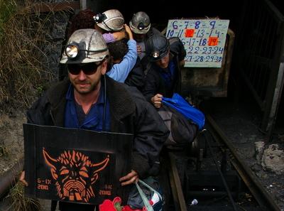 Un momento de la salida de los mineros del pozo Casares