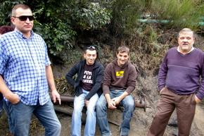 Cuatro de los mineros evacuados esperando a sus compañeros