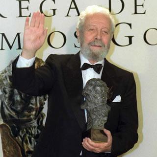 Luis G. Berlanga con el Goya al mejor director por la película