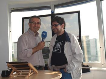 Manuel Cuenya con el corresponsal de TV Miguel Ángel García