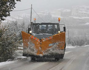 Máquina quitanieves trabajando durante una nevada
