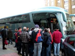 Los mineros subiendo al autobús para participar en la protesta de Madrid