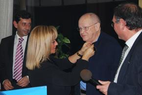 Isabel Carrasco le impone la medalla de oro del Partido Popular de Bembibre a José Antonio López Torre, en presencia de Jaime González y Sigifredo Benavides