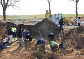 Excavaciones en la fosa común donde han aparecido ocho personas, posiblemente ferroviarios