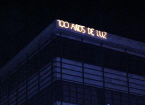 El Centro Cultural de la Villa - Casa de las Culturas, luce un rótulo luminoso conmemorando los 100 años desde la inauguración del alumbrado eléctrico en Bembibre
