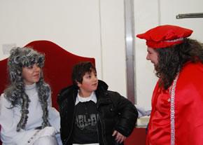 El Hada de las Nieves, recibió a los niños acompañada de sus emisarias