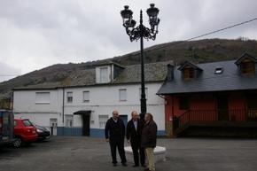 El alcalde con dos de sus concejales en el centro del pueblo
