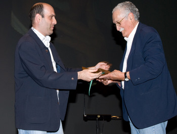 Antonio Morán entrega un premio a Velasco en el Festival de Cine Histórico de León (2009)