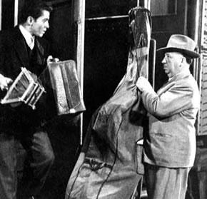 Cameo de Hitchcock en la película Extraños en un tren