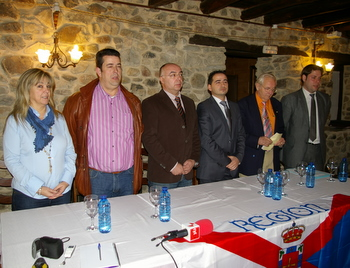 El candidato (tercero por la derecha) durante el acto de presentacion
