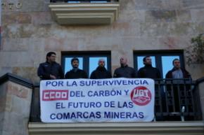 Los delegados mineros muestran una pancarta en defensa del carbón