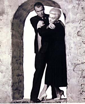 Uno de los fotogramas clásicos de la película, con James Stewart y  Kim Novak