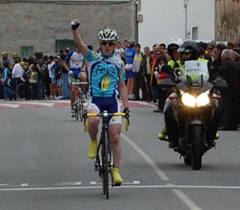 Andrés López celebrando el triunfo en la meta