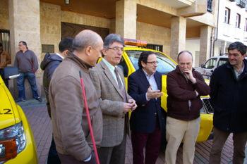 Durante la entrega, los alcaldes con Luis Aznar
