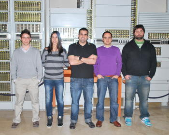 Pablo Gutiérrez, en el centro, con su equipo en la Universidad de Valladolid