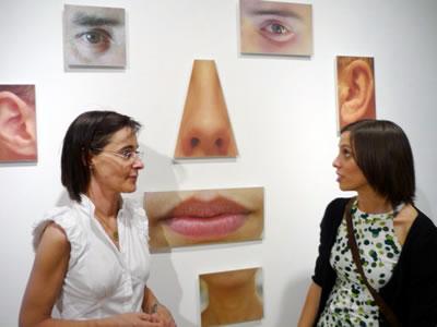 Teresa Cid acompañada de la concejala de cultura en la inauguración de la exposición