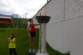 Sergio gallardo encendiendo el pebetero en una edición anterior