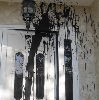 Una de las dos viviendas que apareció con pintadas de alquitrán