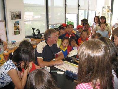 El geólogo e investigador Alberto Alfonso, con los alumnos del colegio Santa Bárbara