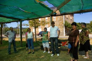 Un grupo de socios, a las puertas de la casa del pueblo