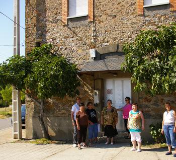 La casa del pueblo tiene las puertas cerradas