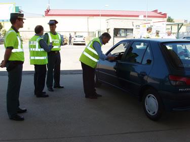 El Subdelegado del Gobierno dialogando con un conductor