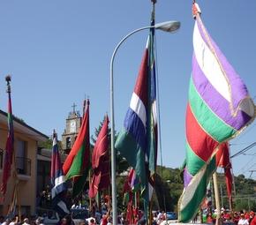Un momento del desfile de pendones de San Roque