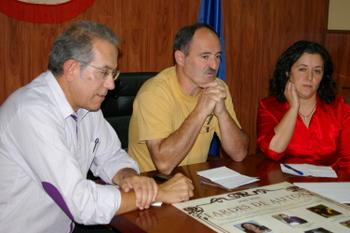 En la presentación, Tomás Néstor en primer término, con el alcalde y concejala de Cultura