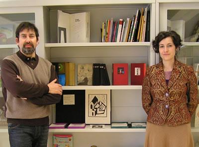 Gavilanes y León, en una imagen tomada cuando donaron a la biblioteca municipal de Bembibre sus publicaciones de la editorial El Ojo de Lilith
