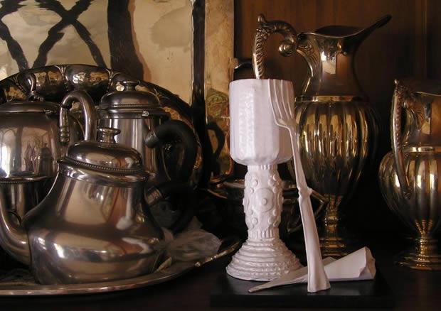 Retrato de familia. El objeto artístico camuflado entre platas. La acumulación sin sentido, el principio del olvido... Objetivo cumplido! (Esto no es un montaje, es la realidad)