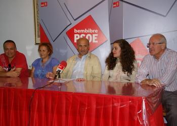 El secretario general, arropado por varios concejales del PSOE
