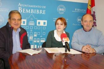 En la rueda de prensa, el representante de Cáritas con la concejala y el alcalde