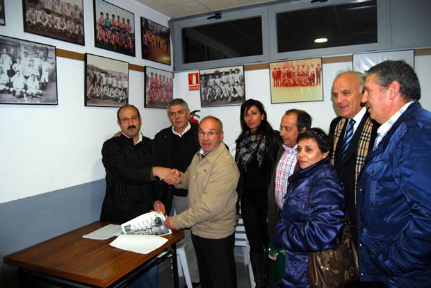 Directivos de la Asociación de Veteranos y del Atlético Bembibre, junto a sus presidentes tras la firma del convenio de cesión
