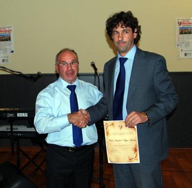 Emilio Vega recoge el documento que lo acredita como Socio de Honor de la Asociación de Veteranos del Atlético Bembibre