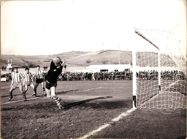 Una de las fotografías cedidas, en la que podemos ver Tejeiro realizando una espectacular parada en la década de los 60