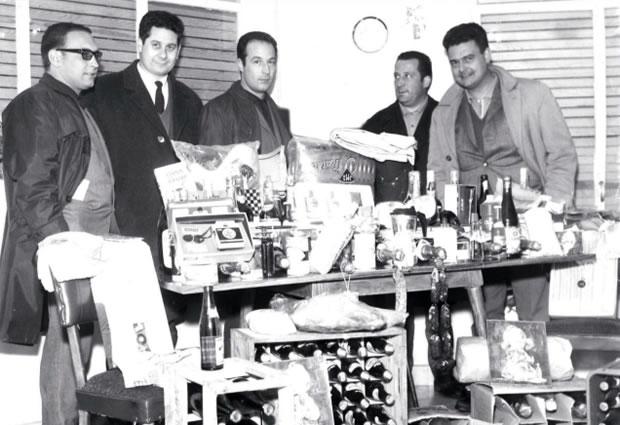 Marcelino Villar, Felix Delgado, Tino Vega, Lelo Vega y Manuel Fernández con el agraciado de la cesta del sorteo