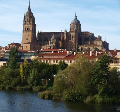 Salamanca con su catedral a la orilla del río Tormes