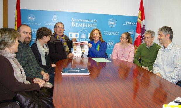 La concejala presentó el cartel con los centros educativos