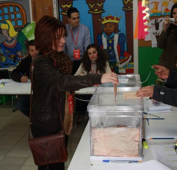 Una imagen de la candidata al Senado, Nancy Prada, votando en Bembibre
