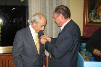 El presidente del PP impone la medalla del partido a Antonio Alonso