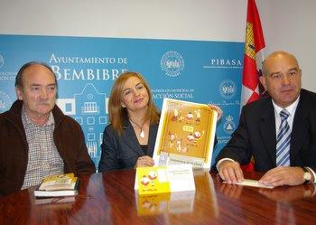 En la presentación, el alcalde y la concejala de Fiestas, con el director de la sucursal de Caja España en Bembibre