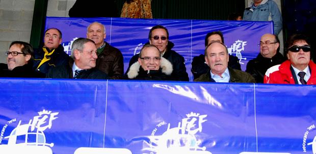 Acudieron al palco representantes municipales y federativos, encabezados por el alcalde de Bembibre, Manuel Otero Merayo, y el presidente de la Federación de Castilla y León de Fútbol, Marcelino Maté