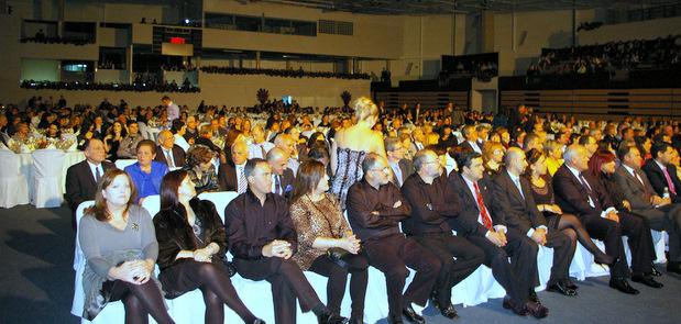 Los asistentes al festival de la pasada edición disfrutando de las actuaciones previas a la cena