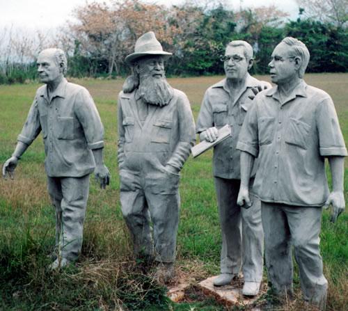 Estatuas de Tomás Gutiérrez Alea, Fernando Birri, García Márquez y García Espinosa en la escuela de San Antonio de los Baños en Cuba