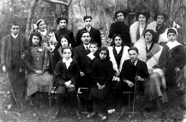 Eloy González y sus alumnos en 1912